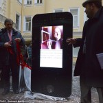 רגע של נחת : מעריצי אפל ברוסיה הציבו פסל מעוצב כאייפון לזכרו של סטיב ג'ובס